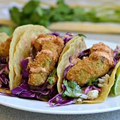 Tacos de Pescado y aguacate frito con crema de chipotle
