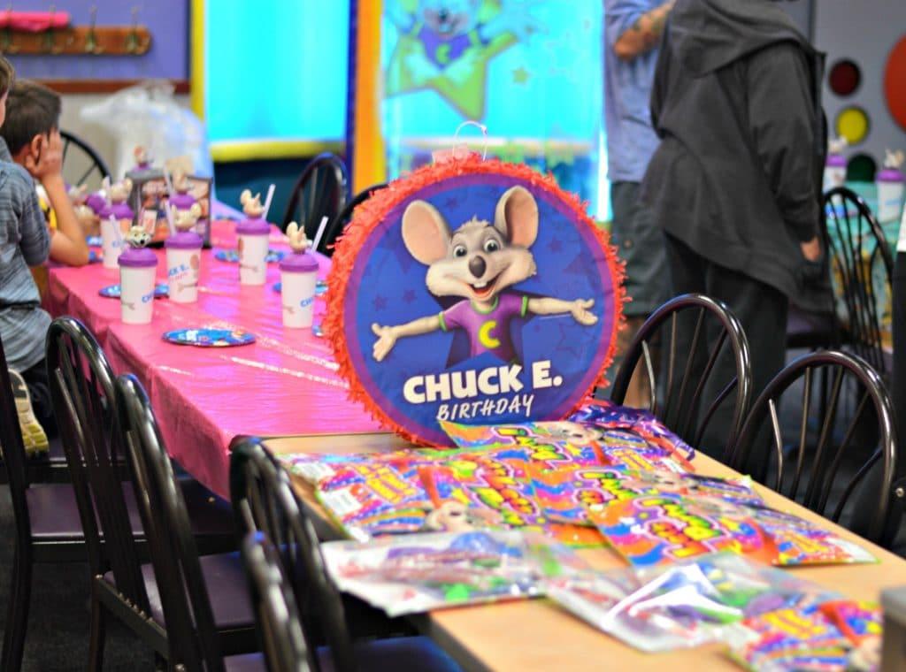 Chuck E Cheese's birthday table