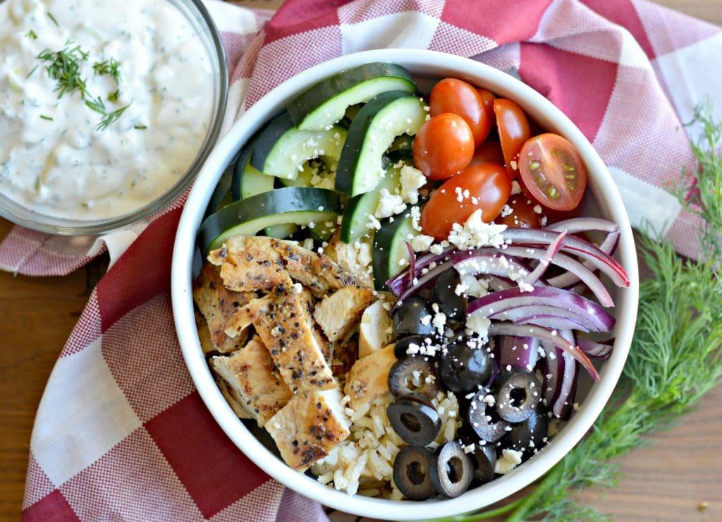 Tazon de Ensalada Griega y Salsa Tzatziki - My Latina Table